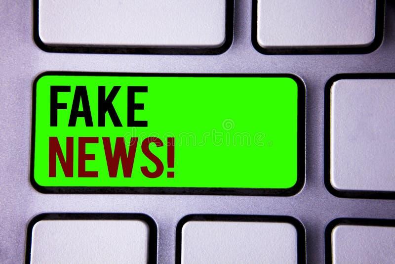 Знак текста показывая поддельным новостям мотивационный звонок Мистификация данным по схематических фото ложная бездоказательная стоковые фотографии rf