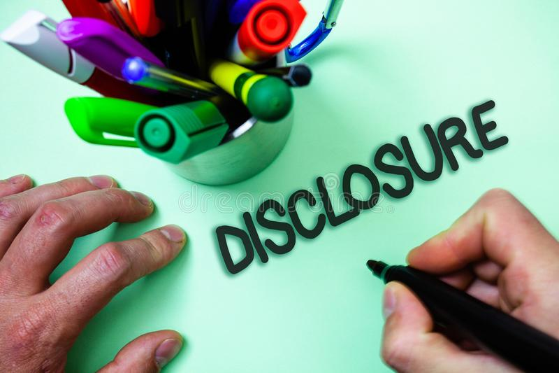 Знак текста показывая разоблачение Схематическое фото действие делать новое или секретный человека конфиденциальной информации из стоковое фото