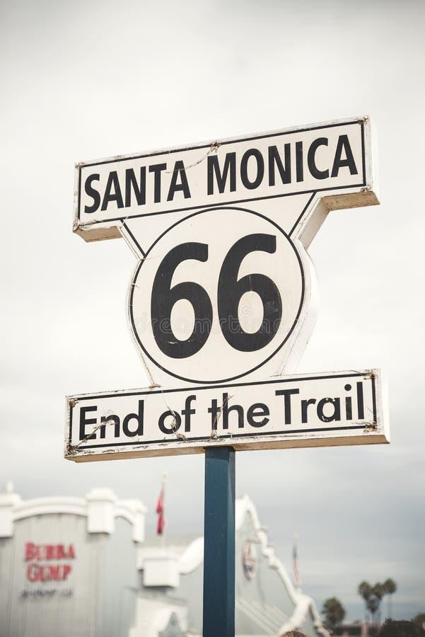 Знак трассы 66 на пристани Санта-Моника, Лос-Анджелесе стоковые изображения
