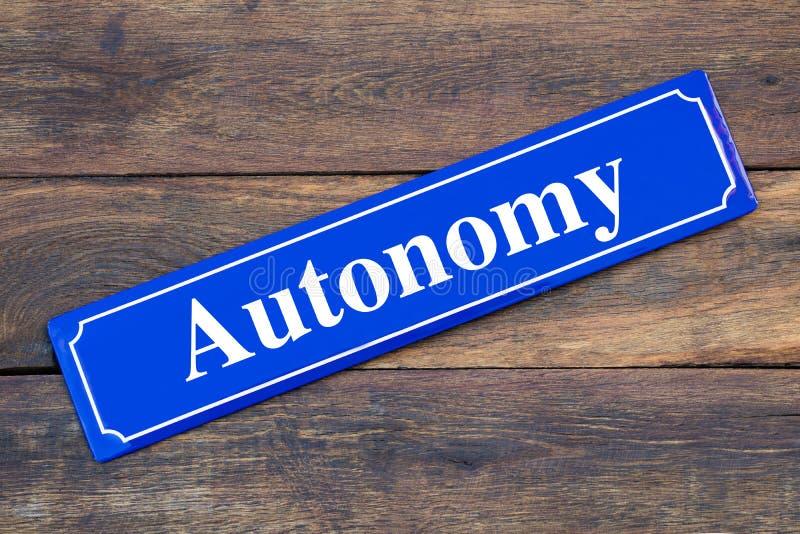 Знак улицы автономии на деревянной предпосылке стоковые изображения