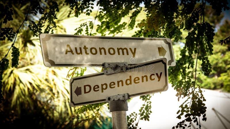 Знак улицы к автономии против зависимости стоковое фото rf