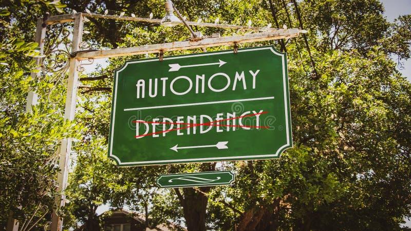Знак улицы к автономии против зависимости стоковые фото