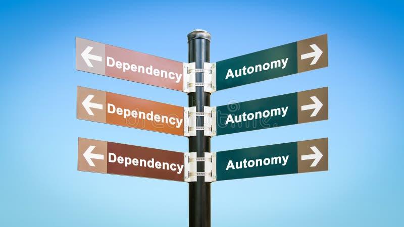 Знак улицы к автономии против зависимости стоковое изображение rf