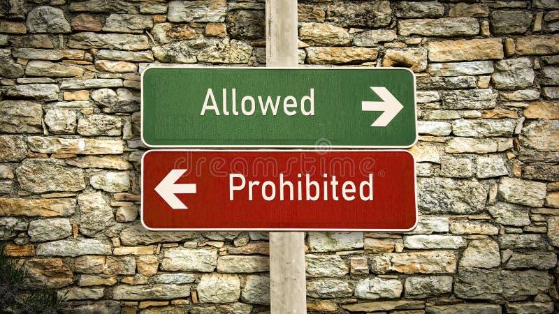 Знак улицы к позволенный против запрещенный стоковое изображение rf