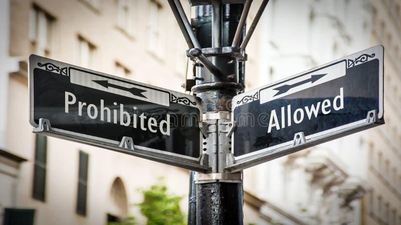 Знак улицы к позволенный против запрещенный стоковые фотографии rf