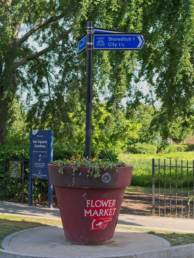 Знак улицы к Shoreditch и рынку цветка стоковая фотография