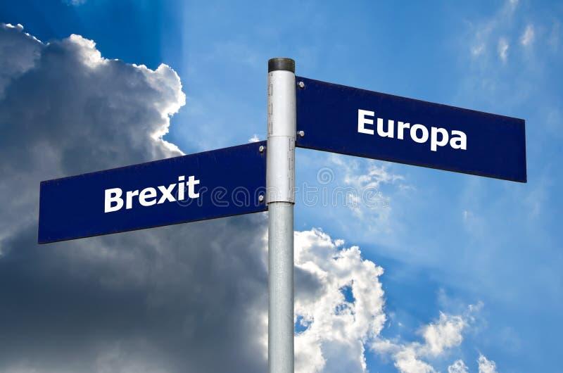 Знак улицы символизируя выбор между текстом Brexit и Европы немецким стоковое изображение rf