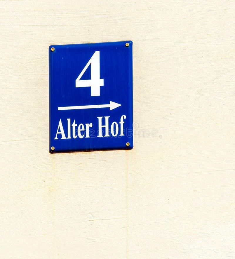 Знак улицы Alter Hof в городе Мюнхена, Германии стоковые фото