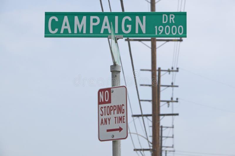 Знак улицы привода кампании без останавливать в любое время знак, холмы CSU- Dominguez, Лос-Анджелес, CA стоковое фото rf