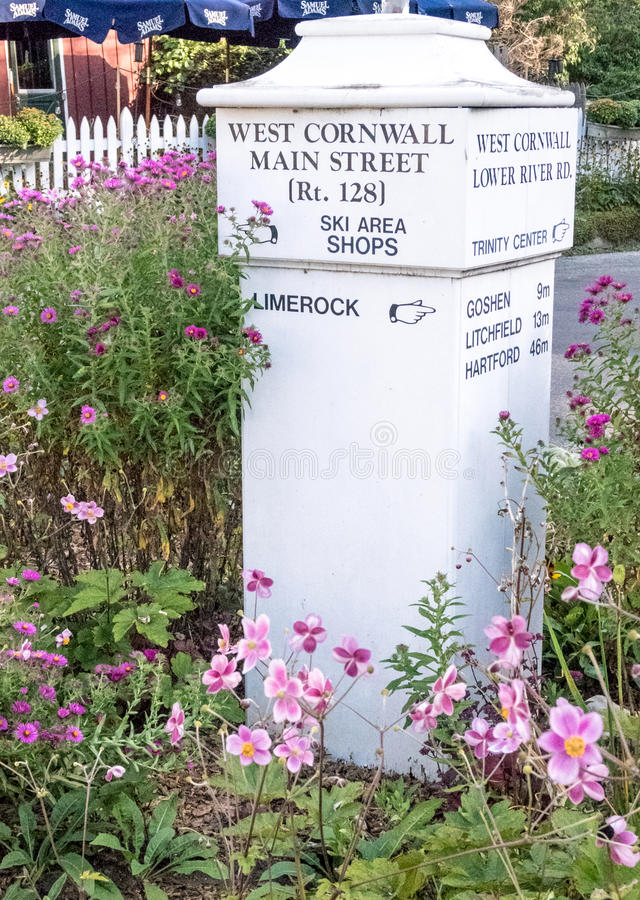 Знак улицы, расстояния деревни стоковое изображение