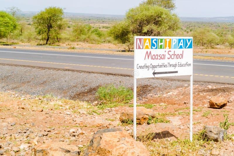 Знак школы Maasai на дороге в Танзании стоковые изображения