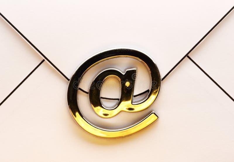 Знак электронной почты на конверте стоковое фото