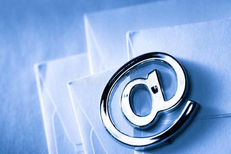 Знак электронной почты на пустом конверте стоковые изображения rf