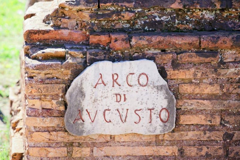 Знак Arco di Augusto на кирпичной стене в Риме стоковое изображение rf