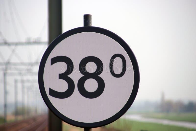 Знак Crossway на железнодорожном пути в Нидерландах, когда поезда пройдут этот знак, на 38Km crossway будет закрыт стоковые изображения rf