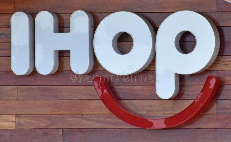 Знак IHOP освещенный рестораном стоковая фотография rf