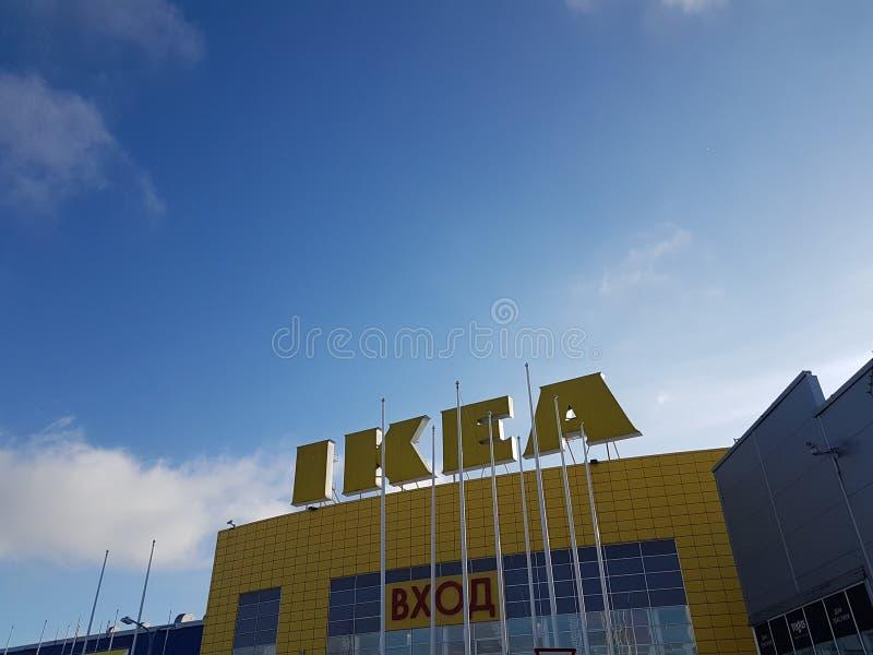 Знак IKEA на торговом разбивочном здании стоковые изображения rf