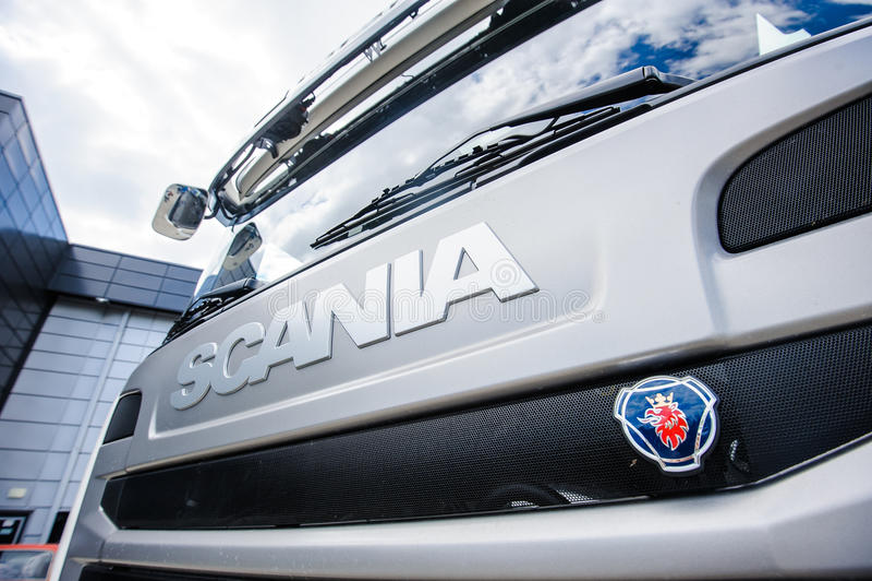 Знак Scania на клобуке тележки стоковые изображения rf