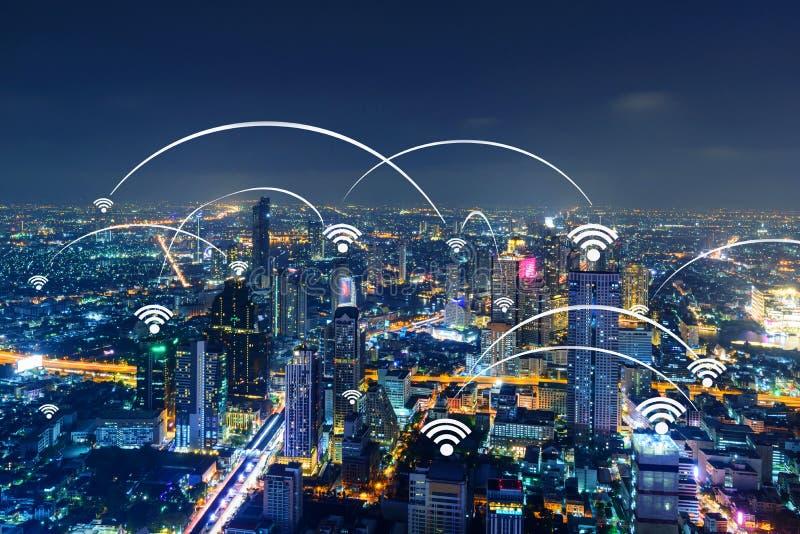 Знак Wifi и высокое здание в городе стоковая фотография