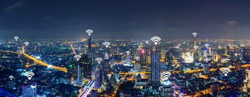 Знак Wifi и высокое здание в городе панорамы стоковые изображения rf