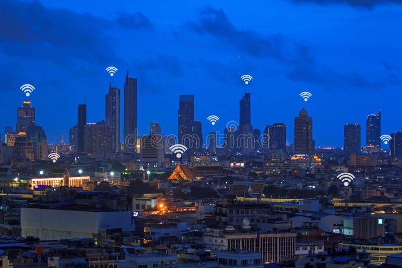 Знак Wifi и высокое здание в городе стоковые изображения