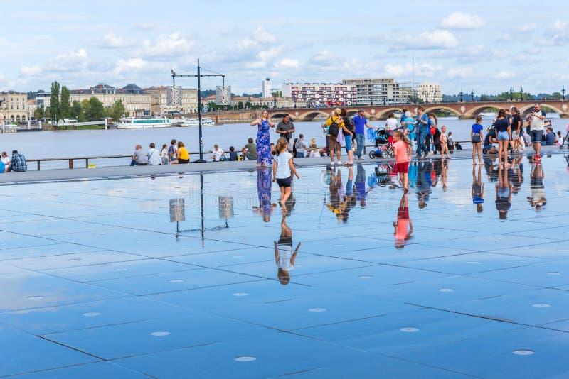 Знаменитое водяное зеркало Бордо заполнено людьми стоковая фотография rf