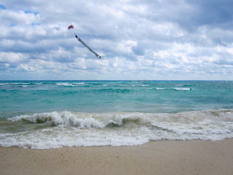 Знамя в небе над карибским морем в пасмурном дне стоковые фотографии rf