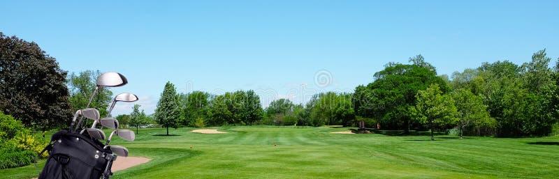 Знамя гольфа: Сумка гольфа с клубами на равенстве 3 tee коробка стоковое изображение