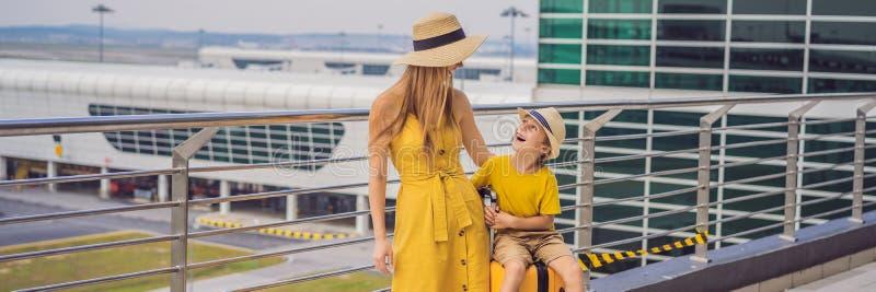 ЗНАМЯ, ДЛИННАЯ семья ФОРМАТА в аэропорте перед полетом Мать и сын ждать для восхождения на борт на воротах отклонения современног стоковое изображение rf