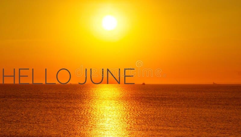 Знамя здравствуйте июнь Текст на фото Отправьте SMS здравствуйте июню Новый месяц Новый сезон Летний месяц Текст на фото захода с стоковое фото