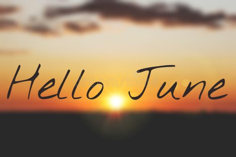 Знамя здравствуйте июнь Текст на фото Отправьте SMS здравствуйте июню Новый месяц Новый сезон Летний месяц Текст на фото захода с стоковые фото