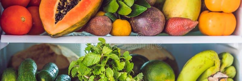 ЗНАМЯ, холодильник длинного формата открытый заполнило с свежими фруктами и овощами, сырцовой концепцией еды, здоровой концепцией стоковое фото rf