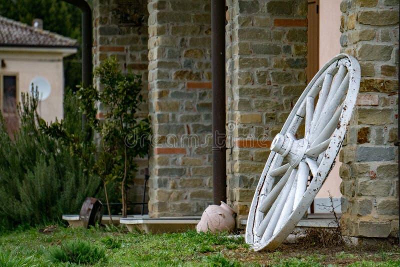 Значительно западное колесо телеги на каменной стене стоковое изображение