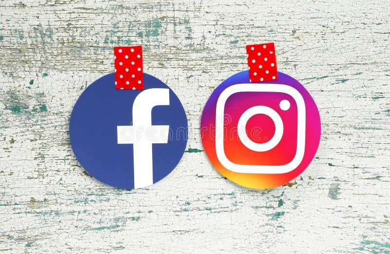 Значки круга Facebook и Instagram связанные тесьмой с красным цветом в белых точках стоковые фотографии rf