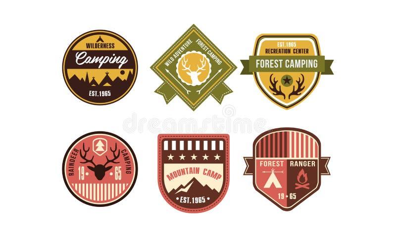 Значки логотипа глуши располагаясь лагерем ретро установили, северный олень располагаясь лагерем, ренджер леса, лагерь горы, год  иллюстрация штока
