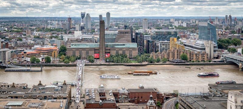 Значки Лондона, Tate современное, мост тысячелетия, река Темза стоковое фото rf
