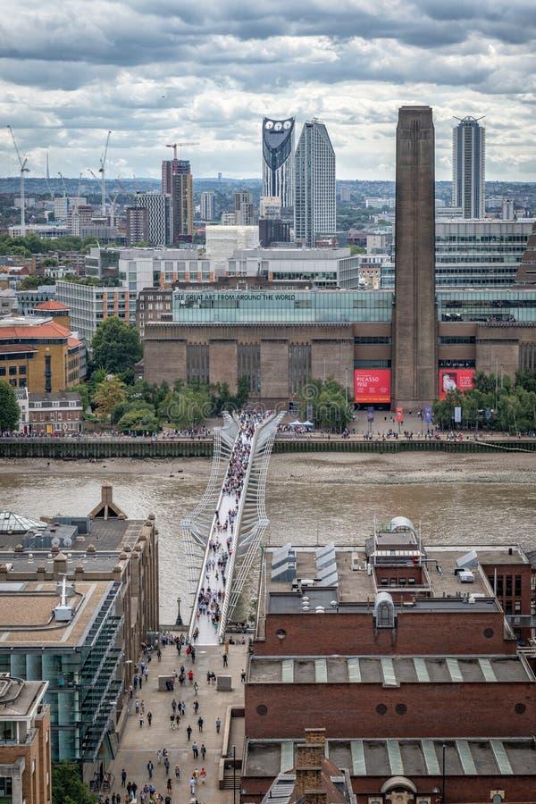 Значки Лондона, Tate современное, мост тысячелетия, река Темза стоковая фотография rf