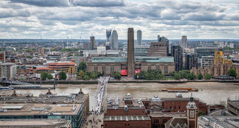 Значки Лондона, Tate современное, мост тысячелетия, река Темза стоковое изображение rf