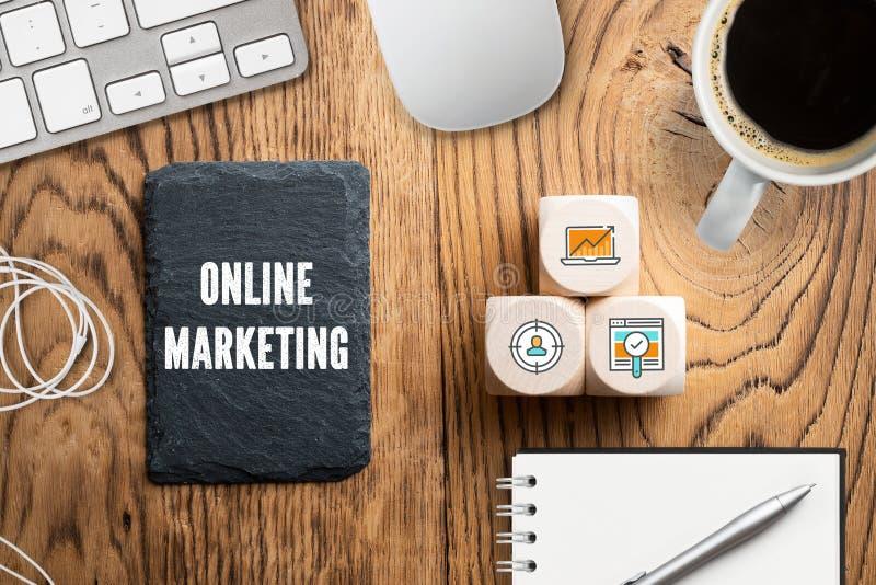Значки на кубах как компоненты для успешного онлайн маркетинга стоковая фотография rf