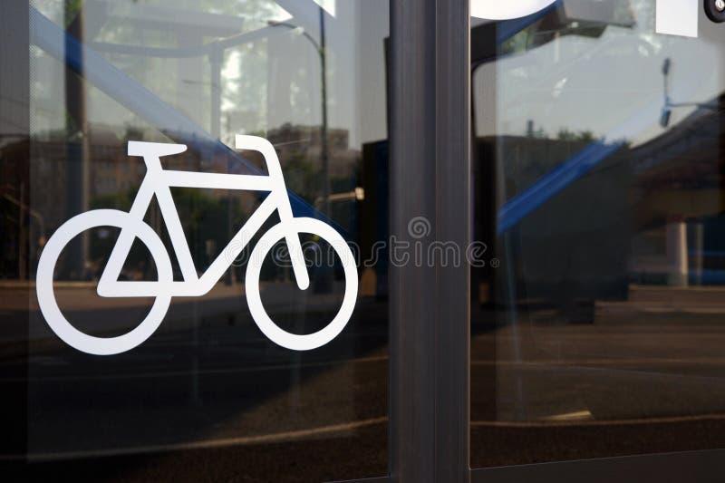 Значок велосипеда на автоматической стеклянной двери автобуса стоковая фотография rf