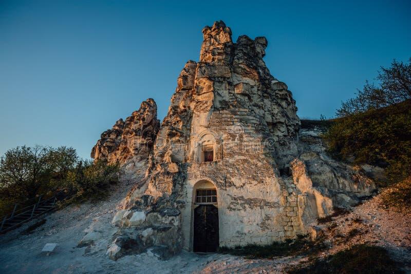 Значок девой марии пещера-виска Sicilia в спусках против предпосылки голубого неба стоковые фото