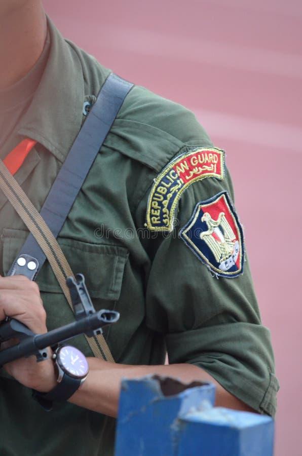 Значок египетского предохранителя республики с оружием стоковая фотография rf