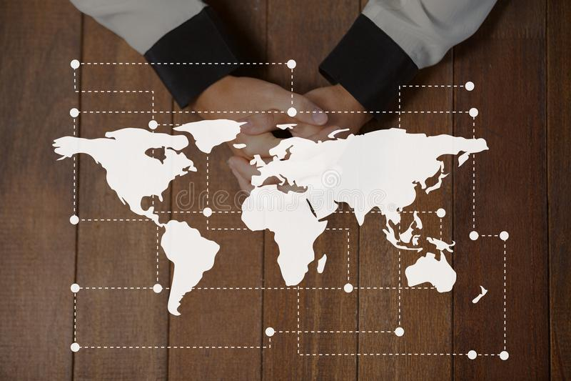 Значок карты мира против рук на фото таблицы иллюстрация вектора