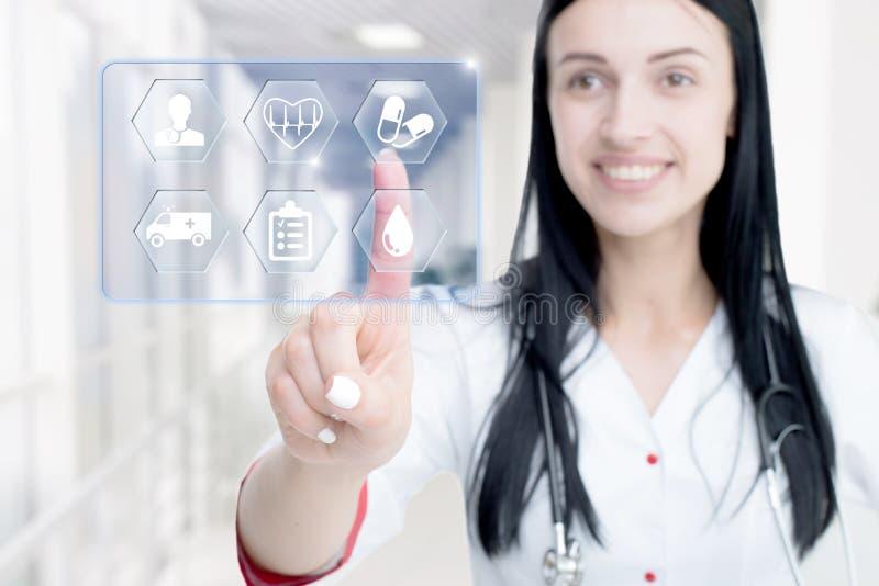Значок молодого привлекательного доктора женщины касающий экрана средств массовой информации стоковая фотография