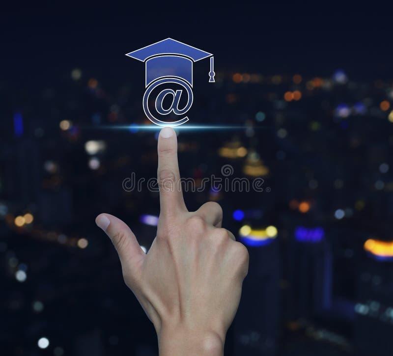 Значок обучения по Интернетуу отжимать руки над backgro башни города света нерезкости стоковое фото