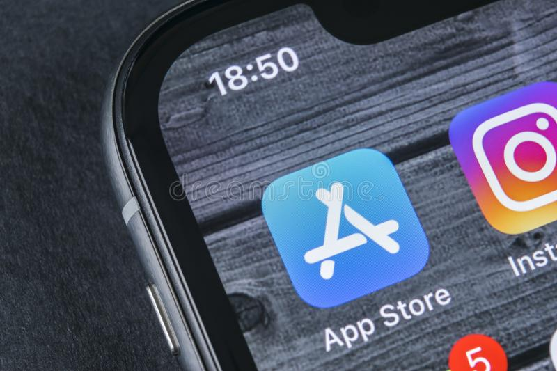 Значок применения магазина Яблока на конце-вверх экрана smartphone iPhone x Яблока Передвижной значок применения магазина app изо стоковое изображение rf