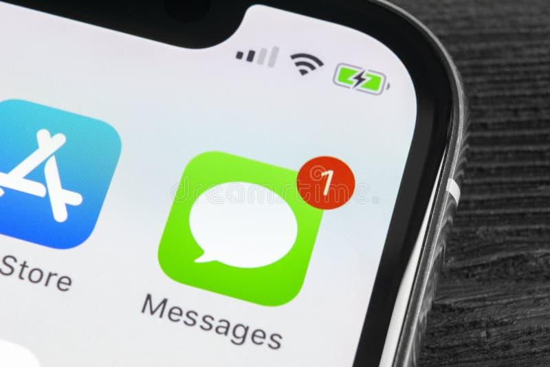Значок применения сообщений Яблока на конце-вверх экрана iPhone x Яблока Значок app сообщений Сообщения Яблока онлайн социальная  стоковые изображения rf