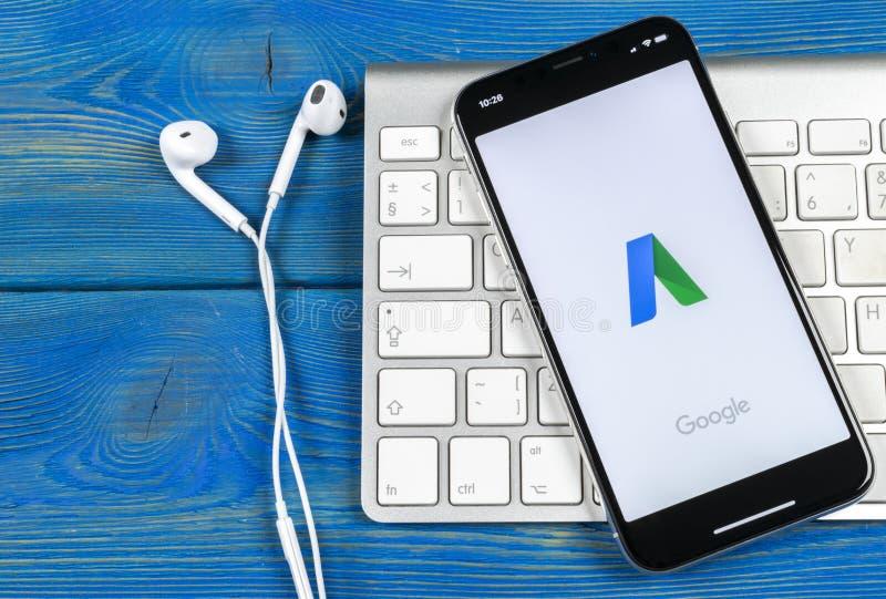 Значок применения Google Adwords на конце-вверх экрана iPhone x Яблока Объявление Google формулирует значок Применение Google AdW стоковая фотография rf