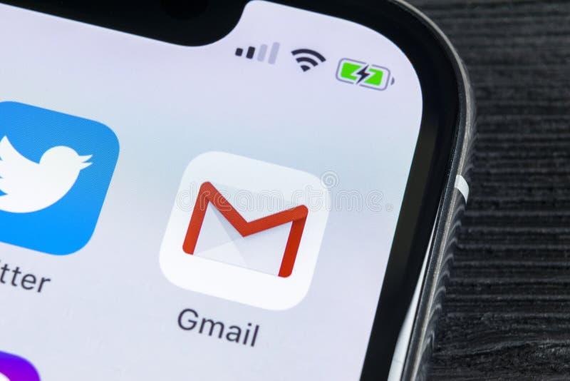 Значок применения Google Gmail на конце-вверх экрана smartphone iPhone x Яблока Значок Gmail app Gmail e-мамы популярного интерне стоковые изображения rf