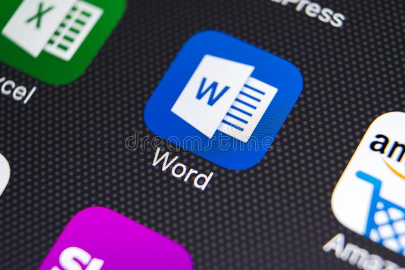 Значок применения Microsoft Word на конце-вверх экрана iPhone x Яблока Значок Microsoft Word Майкрософт Офис на мобильном телефон стоковые фото